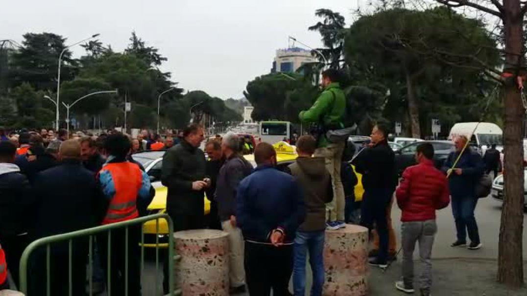 Protestuesit bllokojne Ministrine e Brendshme