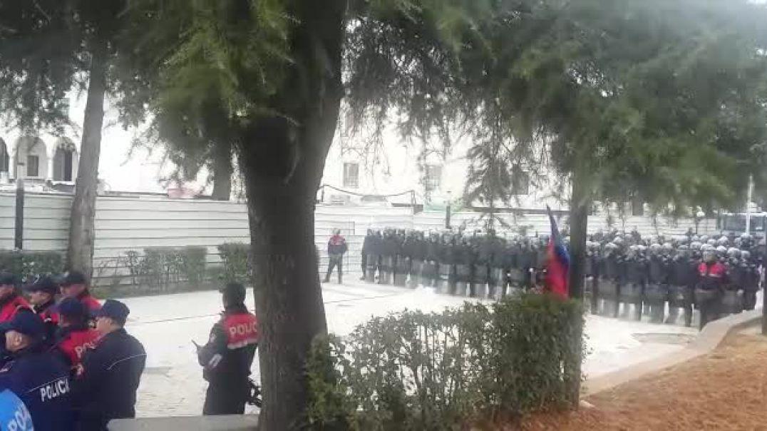 Protesta e opozites, tensione para Parlamentit