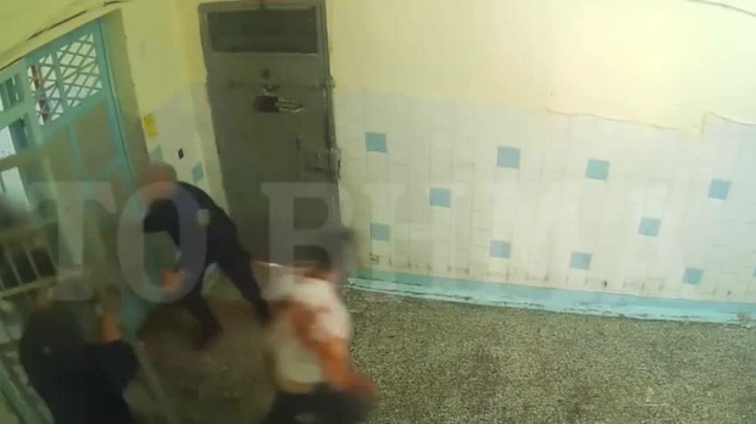 Del video, shqiptari masakrohet në burgjet e Greqisë