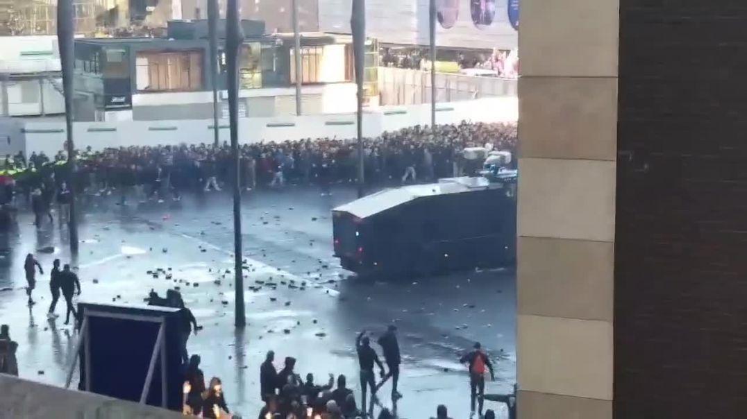 Kaosi para ndeshjes Ajaks-Juventus, përleshje mes tifozëve dhe policisë