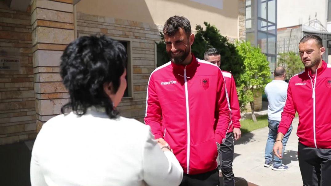 Rikthehet buzëqeshja në kombëtare, vizitë në shtëpinë e fëmijës në Durrës
