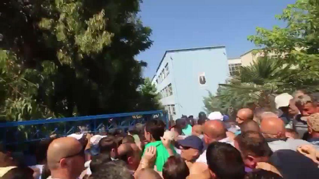 Mbështetës të opozitës sulmojnë KZAZ-në në Kamëz