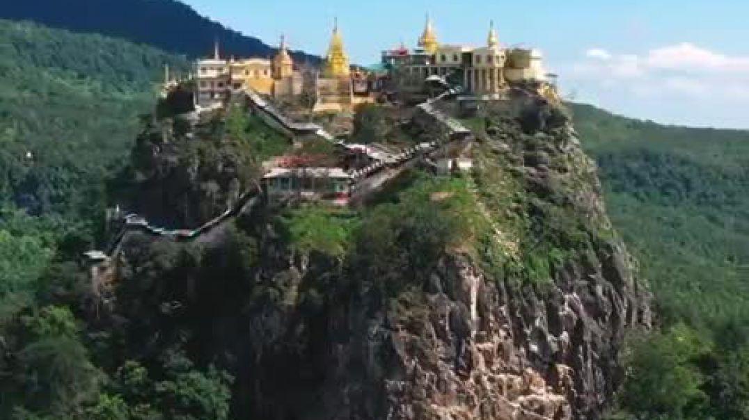 Tempulli budist në këmbët e një vullkani