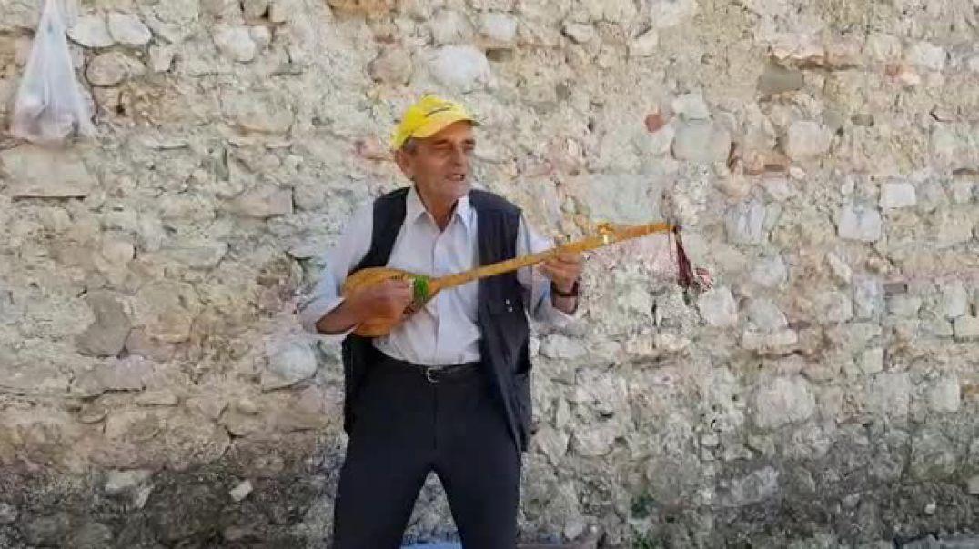74-vjeçari që pret me këngë turistët në Krujë
