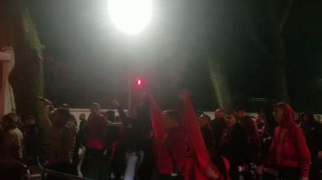 """Një flamur kombëtar për çdo tifoz, """"Kuqezinjtë"""" nisin festën që në rrugë"""