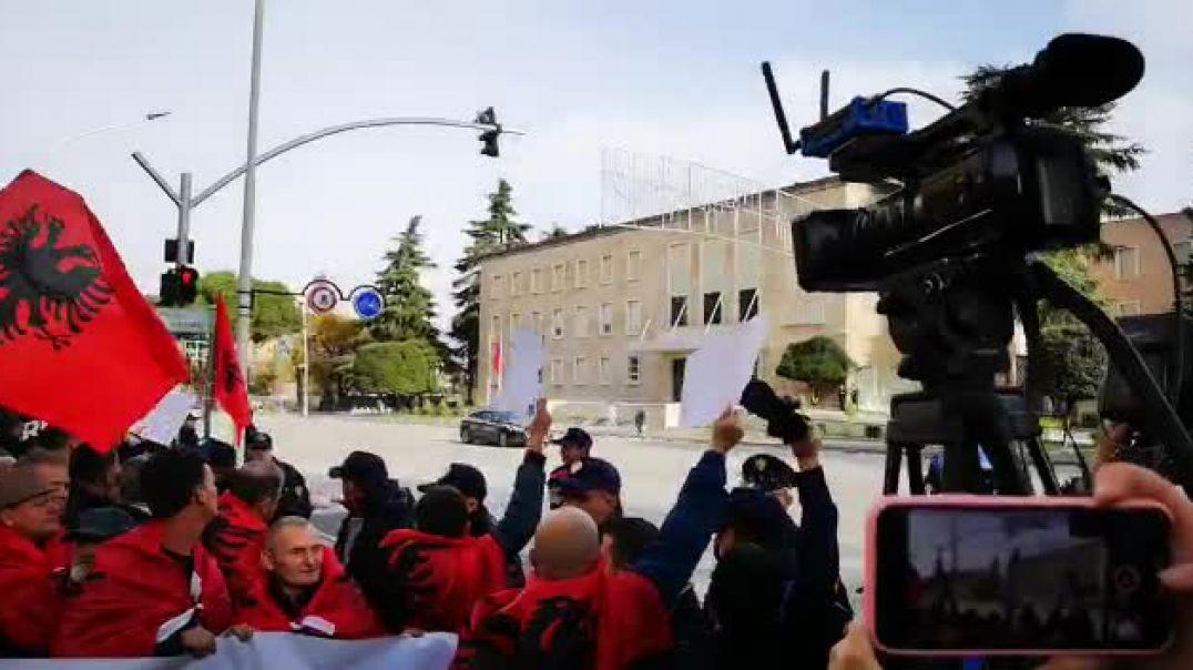 Protestuesit kërkojnë largimin e Vuçiç nga Tirana: Kosova, zemra e Shqipërisë