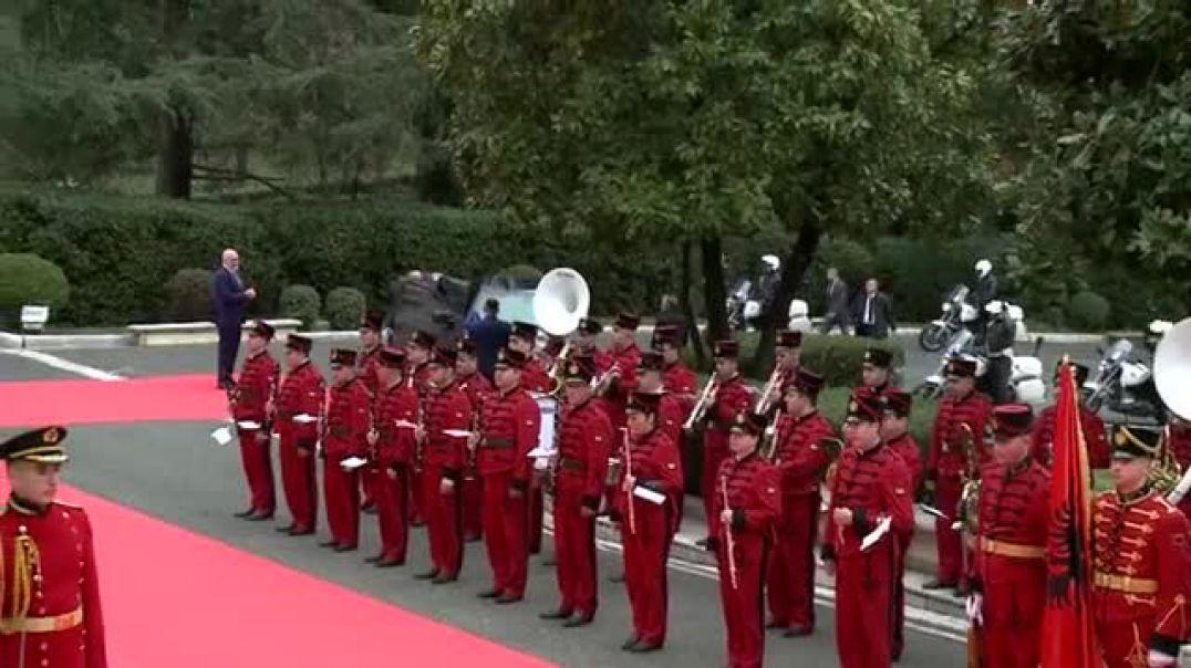 Kurti nis vizitën zyrtare në Tiranë, pas Ramës shtrëngon duart me Gent Cakajn