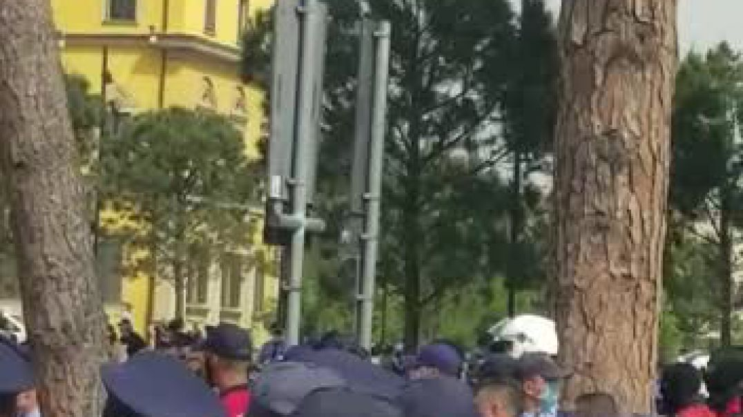 Përplasje mes protestuesve dhe policisë pas shembjes së Teatrit