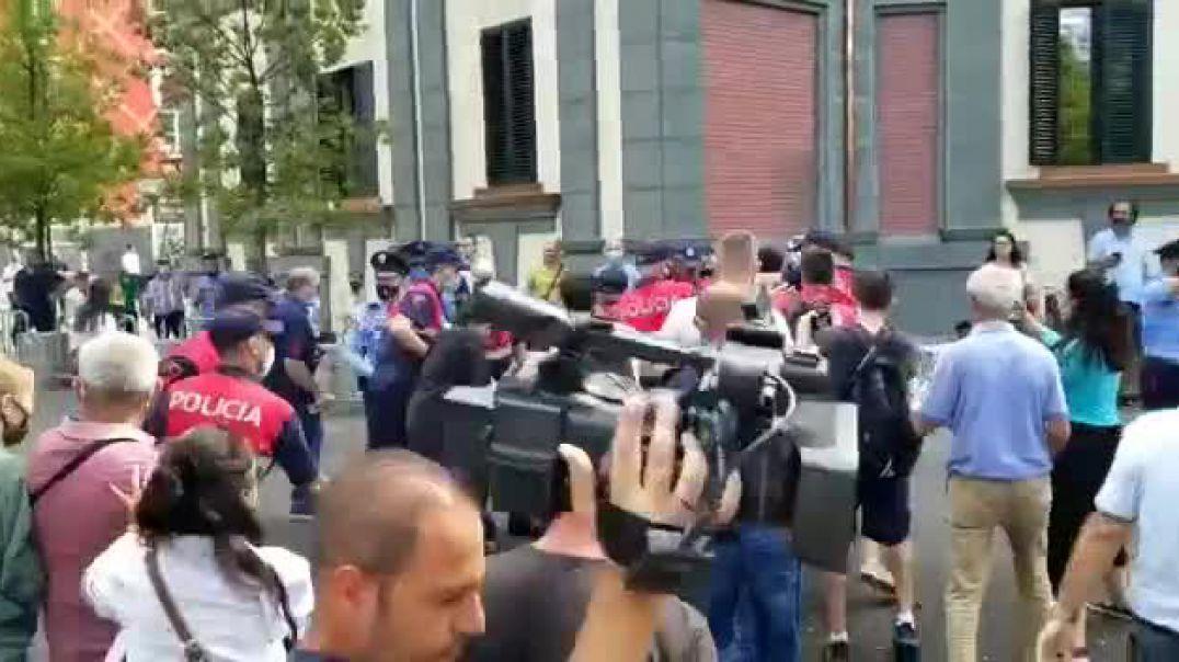 Protesta, naftëtarët përleshen me policinë para Ministrisë së Energjitikës