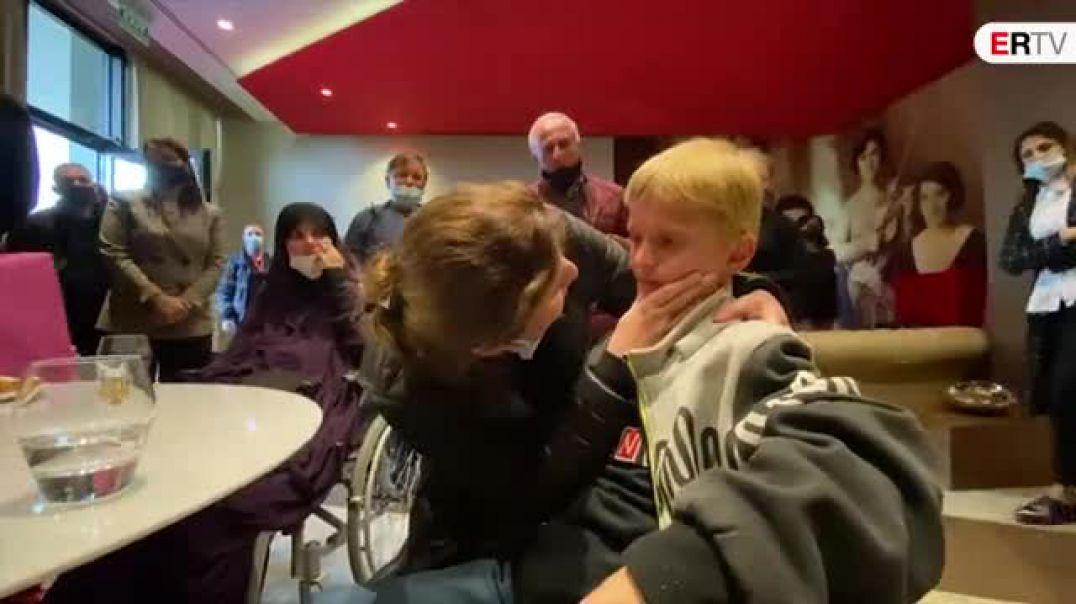 Momenti kur e ëma takon Endri Dumanin, fëmijën e rikthyer nga Siria