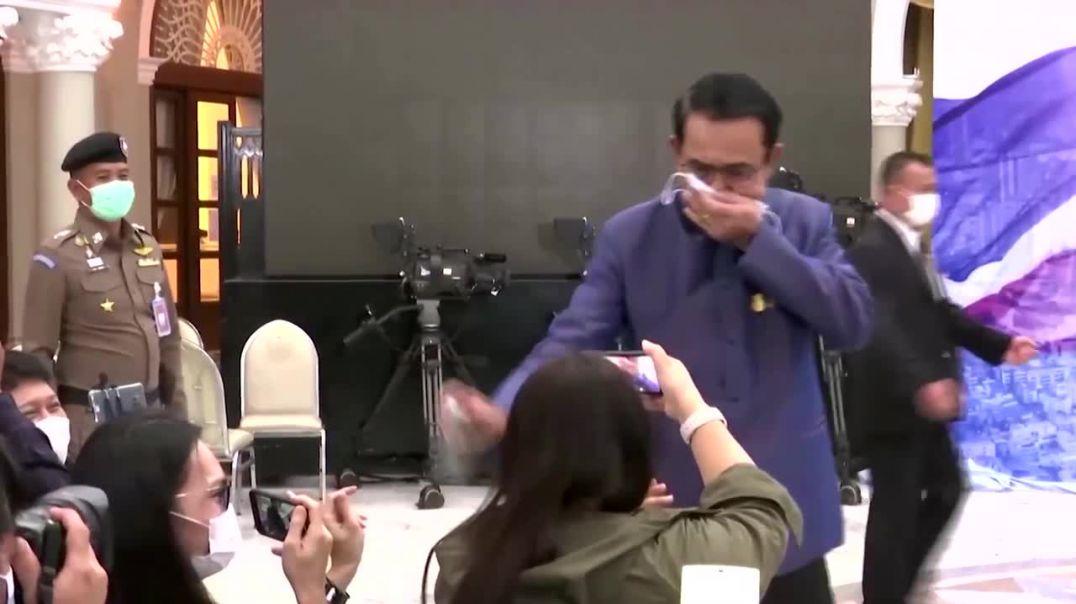 Kryeministri i Tailandës refuzon tu përgjigjet gazetarëve duke i spërkatur me dezinfektant