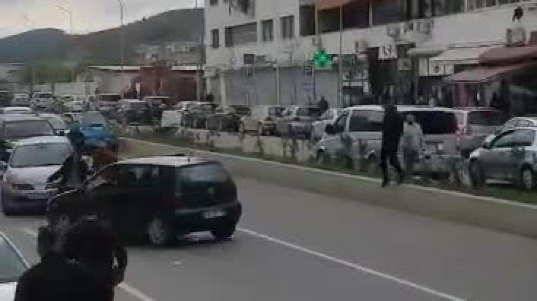 Video – Momenti kur një efektiv civil policie ndërhyn duke shmangur tragjedinë