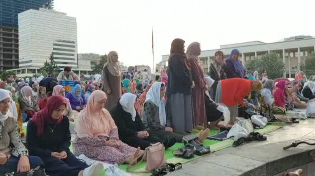 """Besimtarët myslimanë falin namazin në sheshin """"Skënderbej"""""""