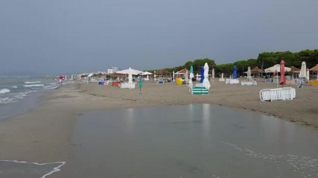 Turistët mbyllin çadrat e plazhit dhe hapin ato të shiut