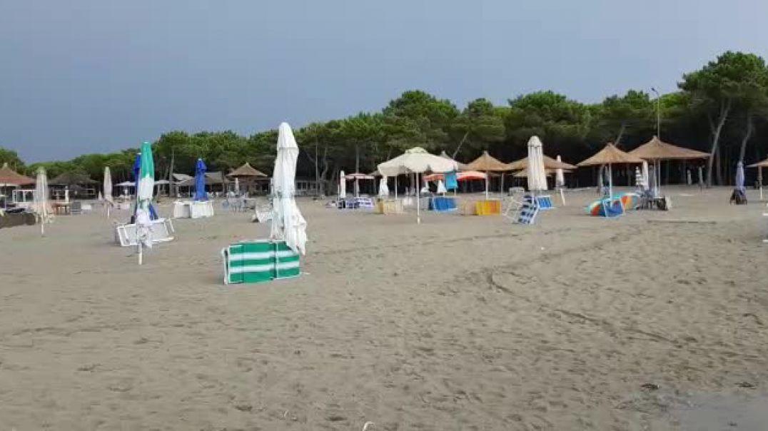 Në Qerret, pushuesit braktisin plazhin nga shiu dhe moti i keq