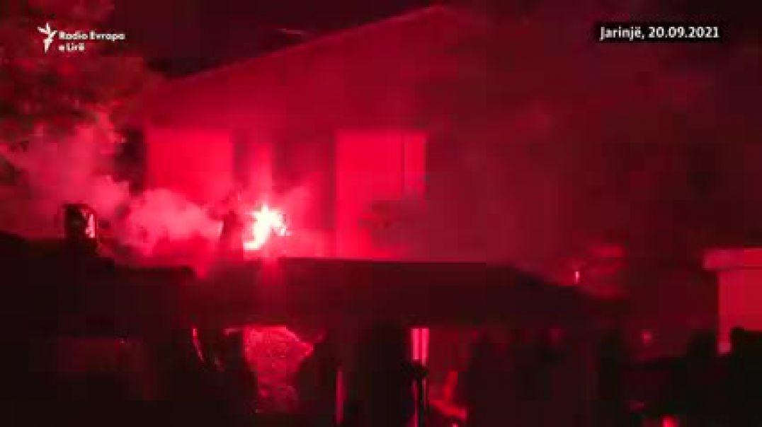Serbët kalojnë natën në çadra, vazhdon bllokimi i kufirit Kosovë-Serbi