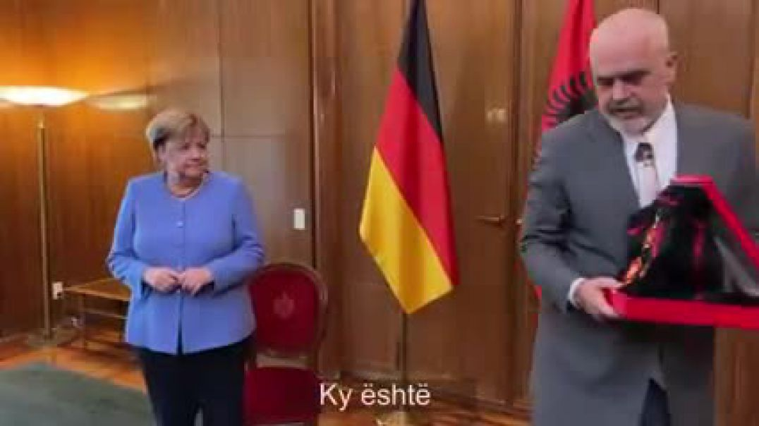 Rama nderon Merkel me medalje, Kancelarja: Kënaqësi të punoja me ju!