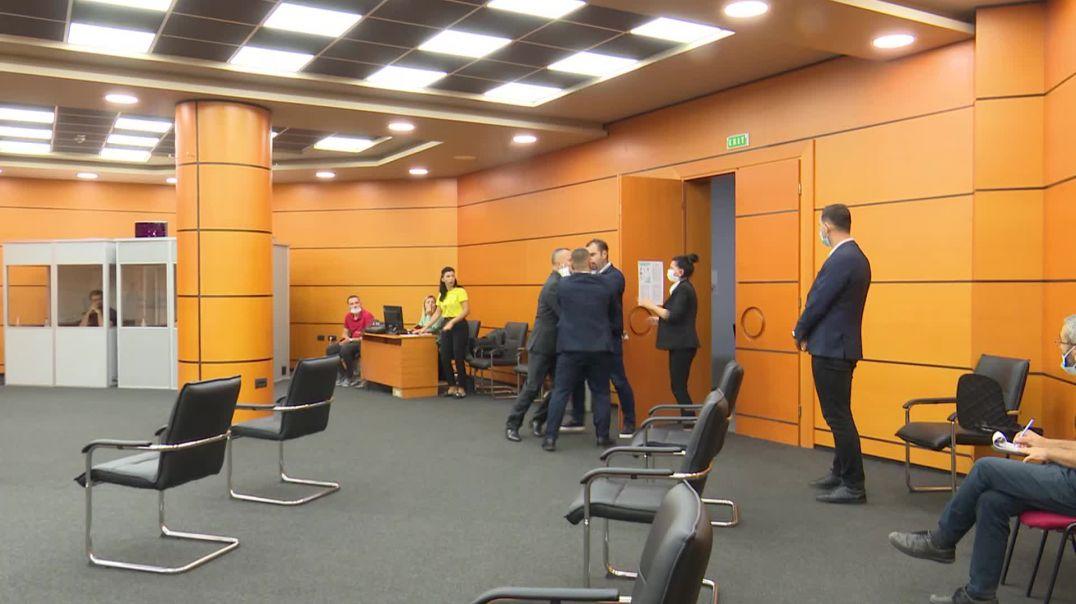 Prokurori Dritan Gina tenton të hyjë me forcë në sallën e vettingut