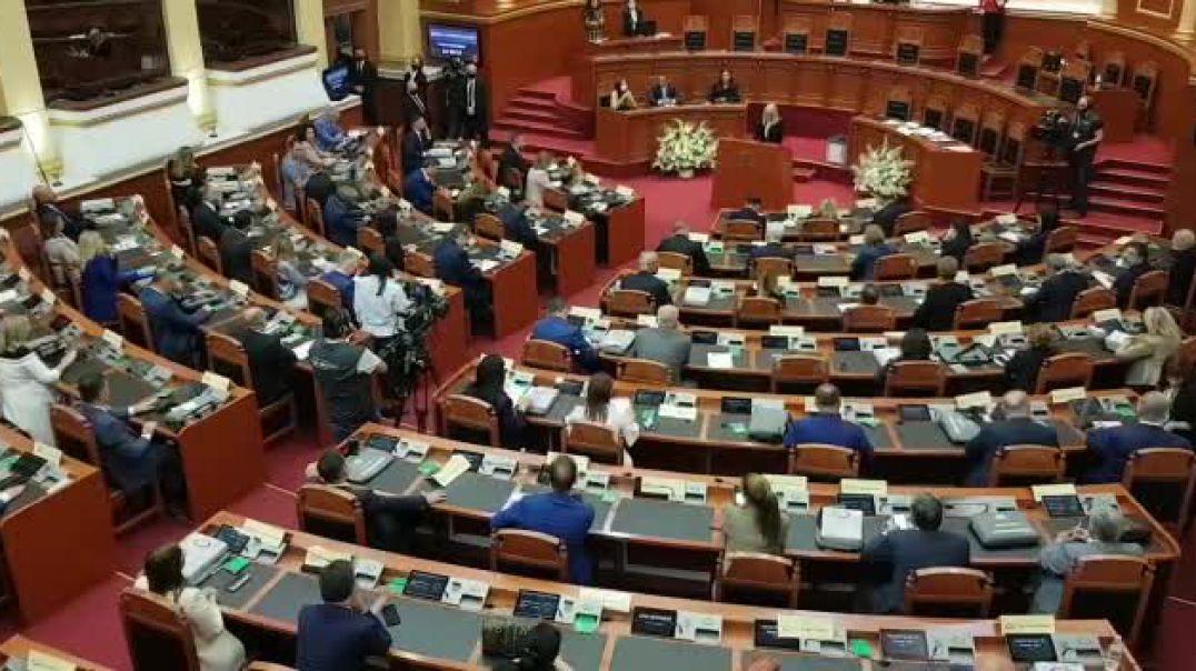 Opozita godet tavolinat gjatë fjalimit të kryeparlamentares Nikolla